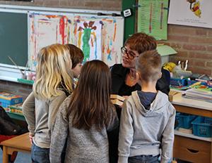 kleutels van basisschool de Reiger luisteren aandachtig