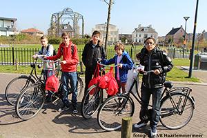 Het Haarlemmermeer Lyceum heeft een tasjes actie georganiseerd.Leerlingen halen de gevulde tasjes weer bij de voordeuren van woningen op.